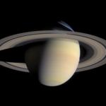 土星の環に巨大UFOが潜んでいる!?